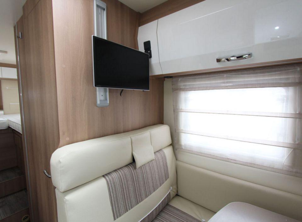 roller team auto roller 285 p als teilintegrierter in engen bei. Black Bedroom Furniture Sets. Home Design Ideas